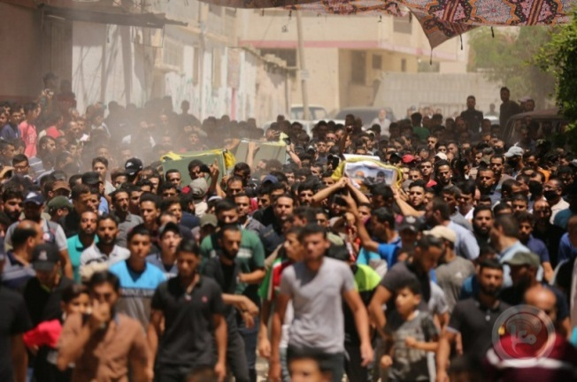 The funeral for the PIJ operatives held in the Sajaiya neighborhood in eastern Gaza City, violating the curfew imposed on the Gaza Strip (Ma'an, August 25, 2020).