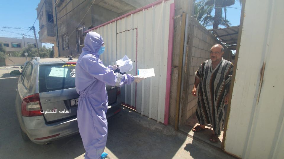 UNRWA workers make home deliveries of anti-hypertension and diabetes medicine (Facebook page of photojournalist Usama al-Kahlut, August 25, 2020).