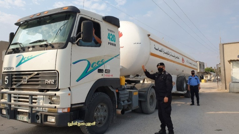 Diesel tankers enter the Gaza Strip through the Kerem Shalom Crossing (Twitter account of journalist Hassan Aslih, September 1, 2020).