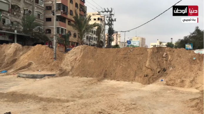 Earthworks on al-Nasr Street in Gaza City prevent the passage of vehicles between Gaza City and the northern Gaza Strip (Dunia al-Watan, September 4, 2020).