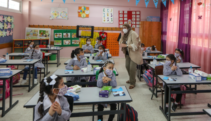 The elementary school year begins in the PA, with preventive measures in lace. Right: Hebron. Left: al-Bireh (Wafa, September 6, 2020).
