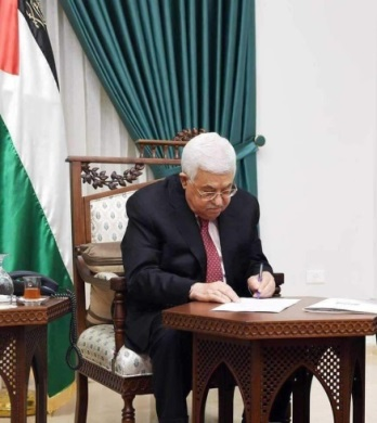 Mahmoud Abbas signs the changes of the laws increasing punishment (Mahmoud Abbas' Facebook page, September 2, 2020).