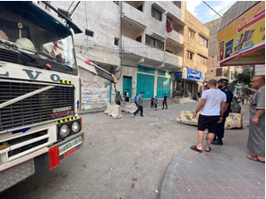 Removing a roadblock on a street in Gaza City (Facebook page of photojournalist Usama al-Kahlut, September 9, 2020).