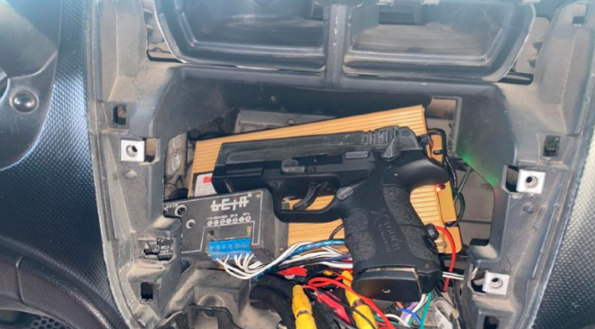 The gun and ammunition found in the vehicle belonging to the Palestinian from Jenin (Israel Police Force spokesman's unit, September 19, 2018).