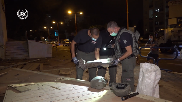 Police demolitions experts deal with the rocket (Israel Police Force spokesman's unit, September 15, 2020).