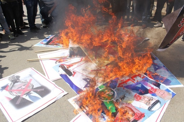 Burning pictures of Netanyahu, Trump and Bahrain's Hamad al-Khalifa at a rally held in front of the Legislative Council in Gaza (al-Ahrar movement website, September 15, 2020).