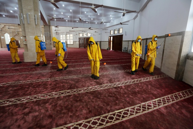 Disinfecting a mosque in Khan Yunis (Twitter account of photojournalist Ashraf Abu Amra, October 9, 2020).