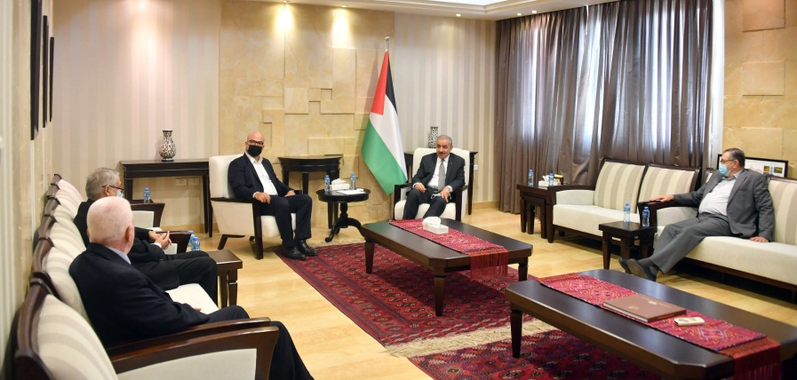 Muhammad Shtayyeh meets with a delegation from east Jerusalem hospitals