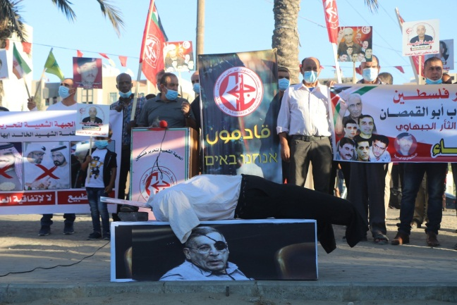 From the ceremony marking the anniversary of the assassination of Rehavam Ze'evi. Right: Hezbollah and Iranian flags stuck in an effigy of Israeli Prime Minister Benjamin Netanyahu. Left: Headless effigy laid on a coffin bearing a picture of Rehavam Ze'evi (Bowabat al-Hadaf, October 17, 2020).