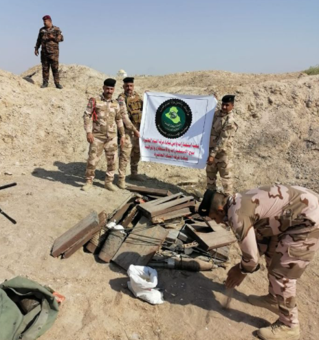 Operatives of the Iraqi Military Intelligence near the IEDs found in the weapons depot (Facebook page of the Iraqi Defense Ministry, October 16, 2020)