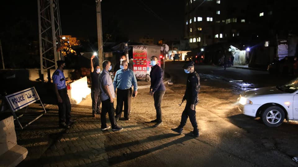 Tawfiq Abu Na'im, deputy minister of the interior (center), supervises the enforcement of the lockdown and curfew in the red areas in the Gaza district (Facebook page of the emergency committee for combatting Covid-19 in the Gaza district, October 23, 2020).