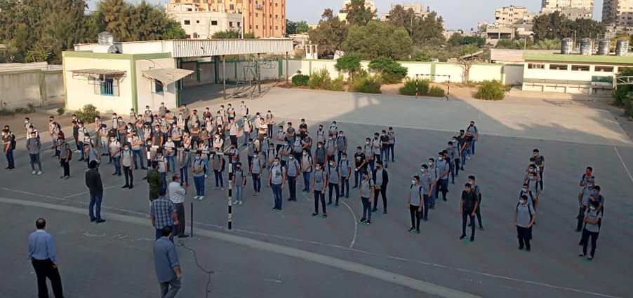 Seventh and 11th grade students return to school (Right: al-Ra'i news agency, October 26, 2020; Left: Palestine Online Twitter account, October 26, 2020).