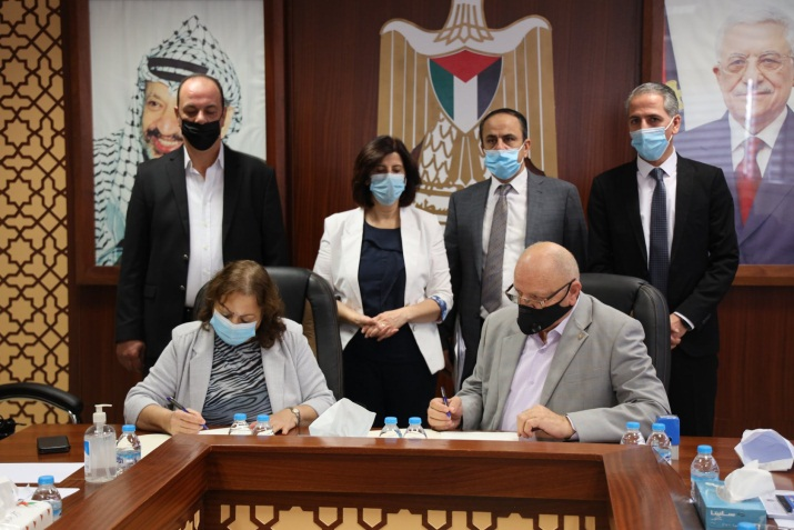 The Palestinian minister of health signs an agreement to operate the Red Crescent hospital in Nablus as a hospital for Covid-19 patients (Facebook page of the ministry of health in Ramallah, October 21, 2020).
