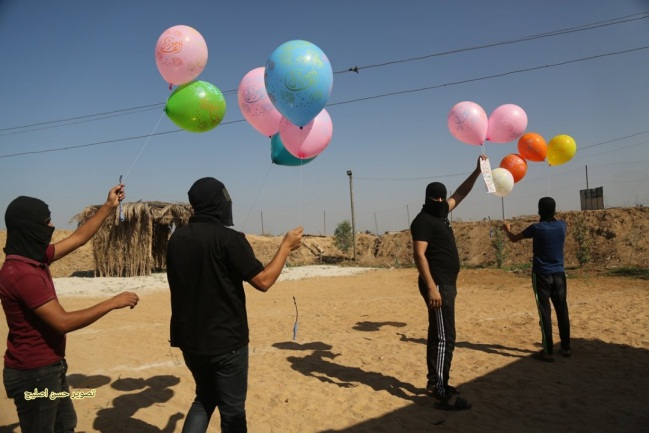 Operatives of the Barak Unit launch balloons at the Israeli communities near the Gaza Strip (Twitter account of journalist Hassan Aslih, October 26, 2020).