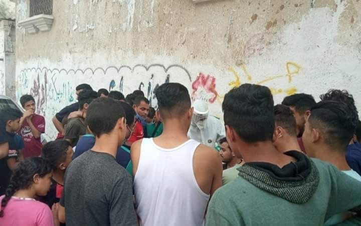 Gazans crowd around an employee from the ministry of health administering random tests. No masks, no social distancing (Facebook page of photojournalist Usama al-Facebook page of photojournalist Usama al-Kahlut, October 29, 2020).