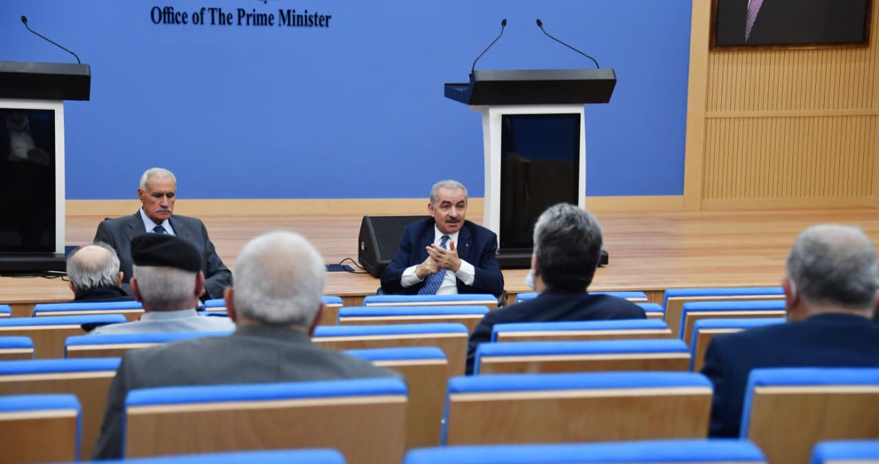 Muhammad Shtayyeh meets with the heads of the Palestinian security services, the emergency committee to combat Covid-19 and the district governors (Muhammad Shtayyeh's Facebook page, November 5, 2020).