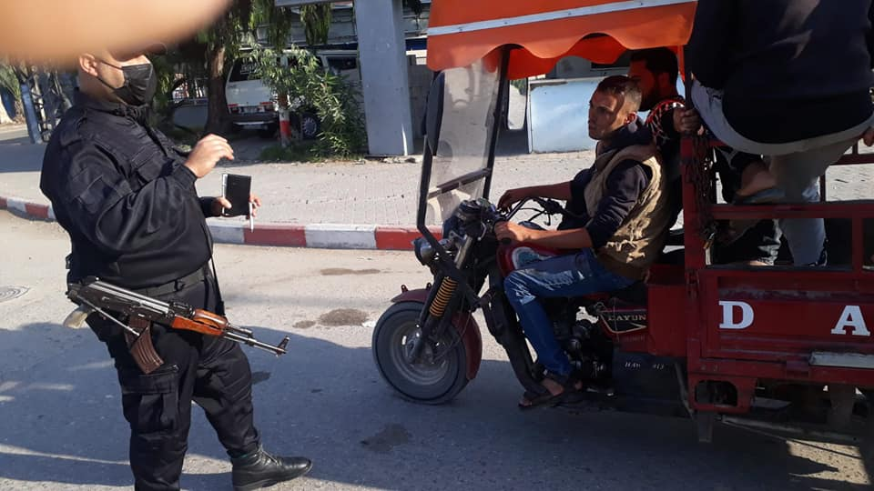 The traffic police in the Gaza Strip enforce mask-wearing (Facebook page of the traffic police in Gaza, November 15, 2020).