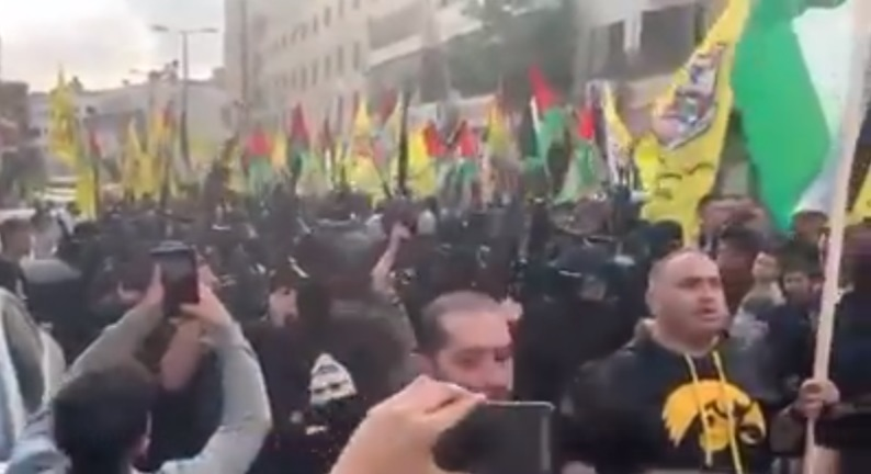 Armed, masked Fatah operatives at the rally in al-Ram. No social distancing (Fatah Facebook page, November 15, 2020).