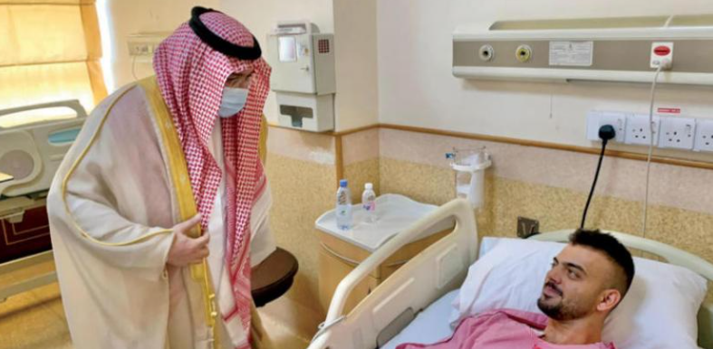Jeddah Governor Prince Mashaal bin Majid visiting one of the wounded men in a hospital in Jeddah (Asharq Al-Awsat, November 12, 2020).
