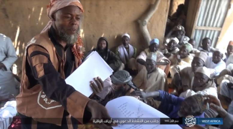 An operative of ISIS's da'wa distribution network handing out leaflets with religious content to residents (Telegram, November 14, 2020)