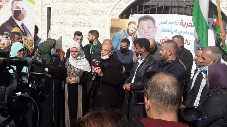 Qadri Abu Bakr, Chairman of the Commission of Detainees and Ex-Detainees Affairs, speaking at a rally in the village of Kobar, the hometown of senior terrorist Marwan Barghouti, opposite the home of Palestinian prisoner Na'el Barghouti (Facebook page of the Friends of Qadri Abu Bakr, November 23, 2020)