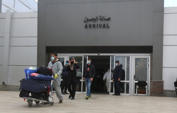 Palestinians who enter the Gaza Strip through the Rafah Crossing are tested for Covid-19 (Twitter account of journalist Hassan Aslih, November 25, 2020).