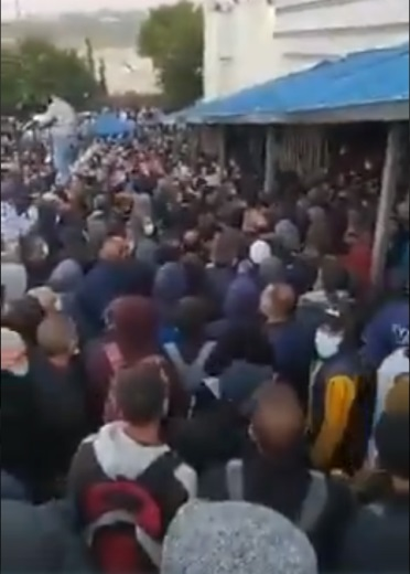 Palestinians from the Bethlehem district crowd on the Palestinian side of the Rachel Crossing try to enter Israel before the lockdown goes into effect. The dense crowding at the Crossing is liable to be a source of infection (Palinfo Twitter account, November 29, 2020).