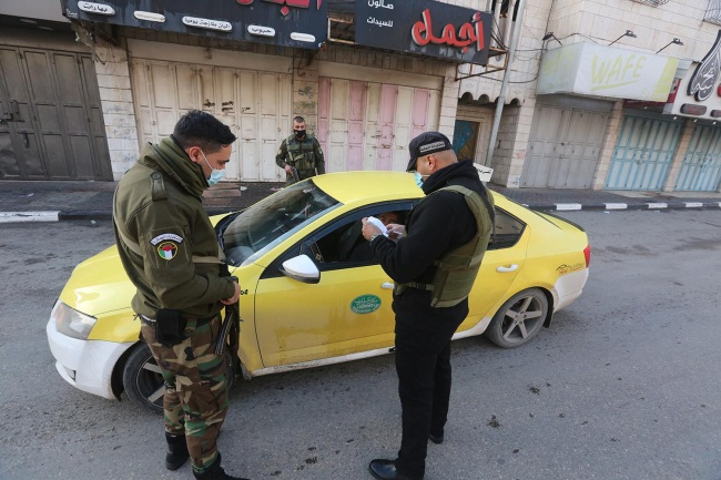Enforcing the general lockdown in the Hebron district (Wafa, November 27, 2020).