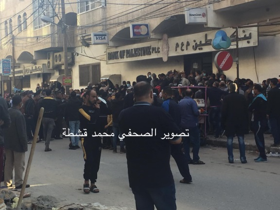Palestinians crowding at the entrance to (apparently) the Palestinian Islamic Bank in Rafah (Twitter account of journalist Muhammad Qushta from Rafah, December 3, 2020). The crowding was apparently caused by an announcement on December 3, 2020, from the PA ministry of the treasury about the payment of the salaries of public sector employees.
