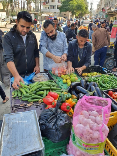 Palestinians without masks and not social distancing at the market in Deir al-Balah (Facebook page of photojournalist Usama al-Kahlut, December 4, 2020).