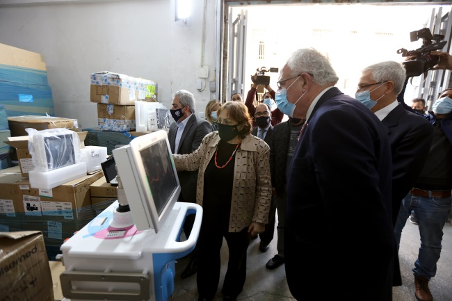 The ceremony held for the delivery of medical equipment from Turkey (Facebook page of the Palestinian minister of health, November 30, 2020).