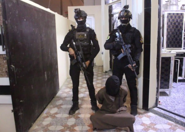 Counterterrorism Unit fighters detaining an ISIS operative who had served as ISIS's deputy governor of Iraqi (Facebook page of Iraqi Army Spokesman Yahya al-Rasoul, December 7, 2020)