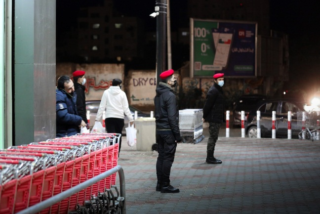 Operatives of the Hamas security forces direct the movement of shoppers to prevent crowding (Twitter account of the ministry of the interior in Gaza, December 17, 2020).