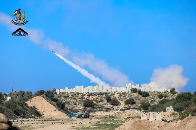 Firing rockets towards the sea (Right: Twitter account of Muhammad Khaled, December 29, 2020. Left: Telegram channel of the joint operations room, December 29, 2020).