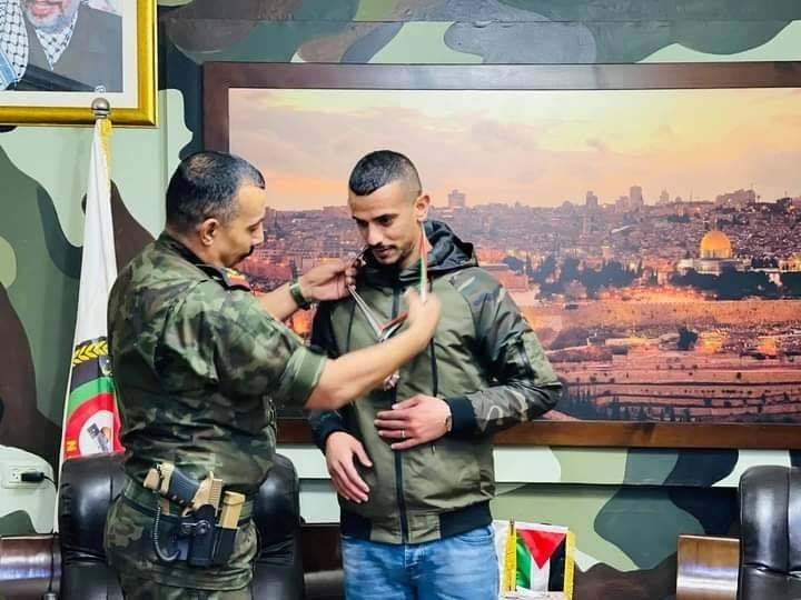 The commander of the Palestinian national security forces in Salfit presents a medal to the Palestinian singer who produced an anti-Israeli war-mongering song (QudsN Facebook page, December 27, 2020).