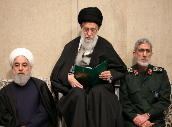 Esmail Qa'ani next to the Supreme Leader Khamenei and Iran's President Rouhani at a ceremony commemorating Qasem Soleimani (Fararu, January 9, 2020)
