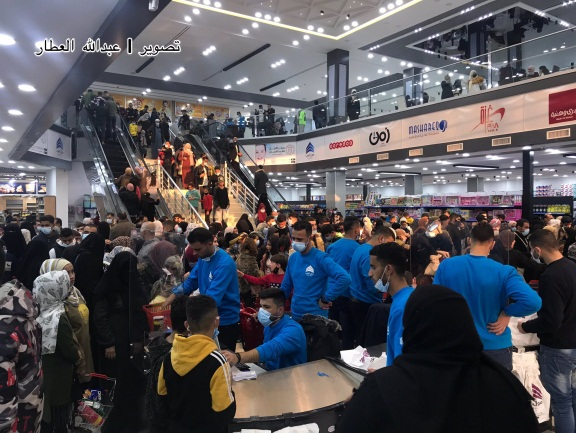 Shoppers in the Arab Mall in Rafah, which opened on December 30, 2020 (Twitter account of Abdallah al-Attar, December 31, 2020).