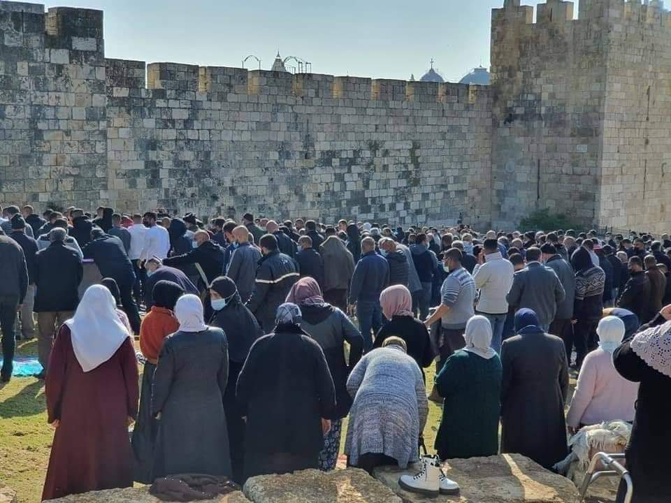 Mass prayer at the Nablus Gate with considerable crowding after worshippers were not permitted to enter the Temple Mount compound (Palinfo Twitter account, January 1, 2021).