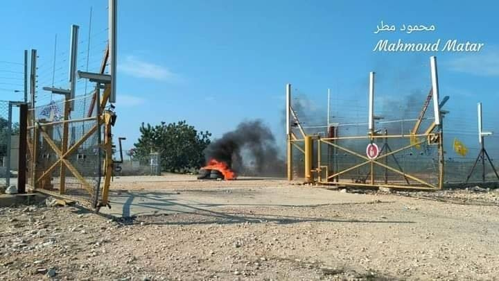 The demonstrators burn tires after breaking through the gate (Filastin al-A'an Twitter account, January 9, 2021).