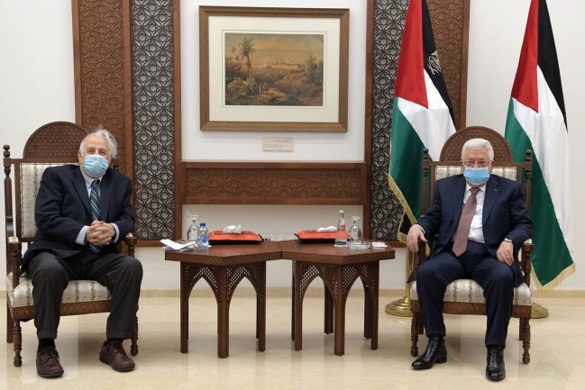 Mahmoud Abbas meets with Hana Nasser, chairman of the central elections committee (Mahmoud Abbas' Facebook page, January 9, 2021)