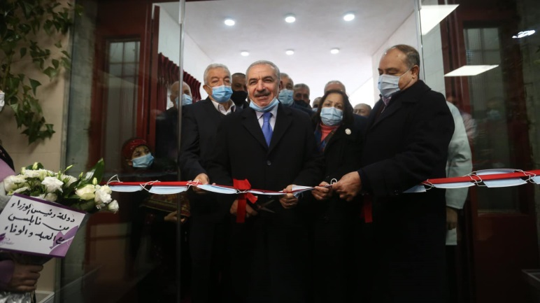 Muhammad Shtayyeh cuts the ribbon opening the hospital in Nablus (Muhammad Shtayyeh's Facebook page, man 16, 2021).
