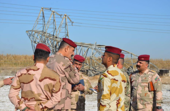 Iraqi army officers near a high-voltage pylon that fell (Facebook page of Iraqi Armed Forces Spokesman Yahya Rasoul, January 19, 2021)