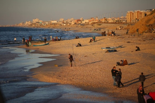 Gazans exploit the easing of restrictions to walk on the beach near the Nuseirat refugee camp (Facebook page of photojournalist Usama al-Kahlut, January 22, 2021).