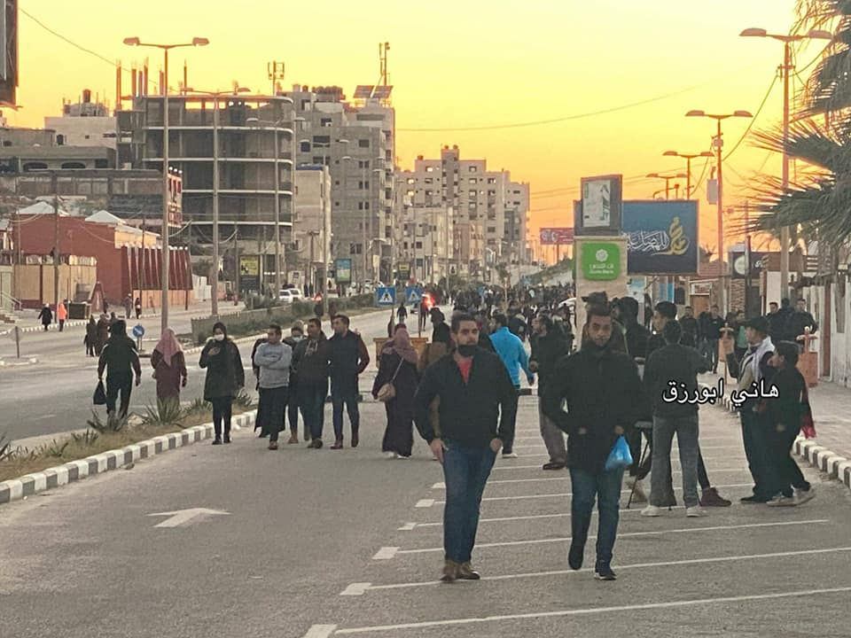 The promenade in the Gaza Strip: local residents enjoy the easing of the lockdown restrictions (Facebook page of Usama al-Kahlut, January 23, 2021).
