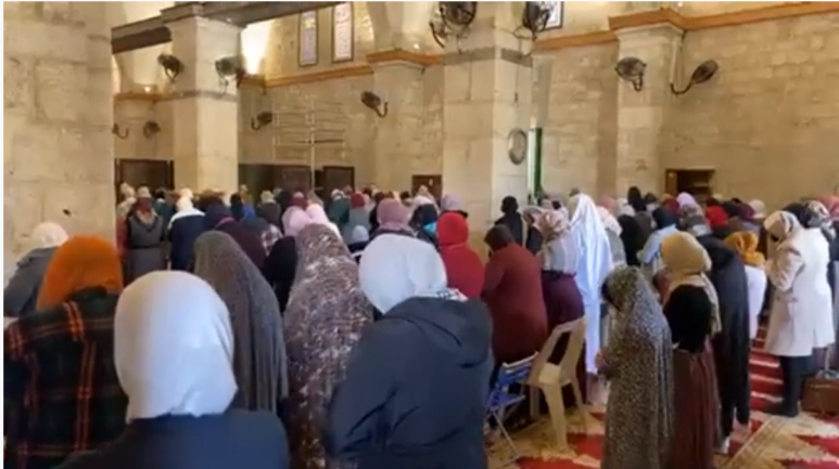 Restoration of prayers on the Temple Mount. Right: Women pray (YouTube, February 7, 2021). Left: The evening prayer (Palinfo Twitter account, February 7, 2021).