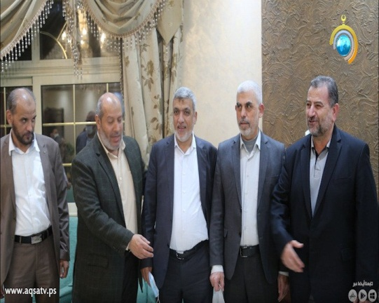 The Hamas delegation, headed by Saleh al-'Arouri (extreme right), standing next to Yahya al-Sinwar (Palinfo Twitter account, February 7, 2021).