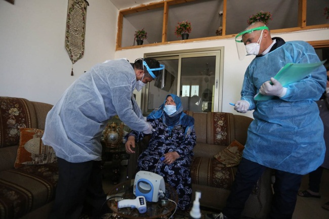 Following the crowding in hospitals, medical teams visit coronavirus patients at home in the Hebron district (Wafa, February 27, 2021).