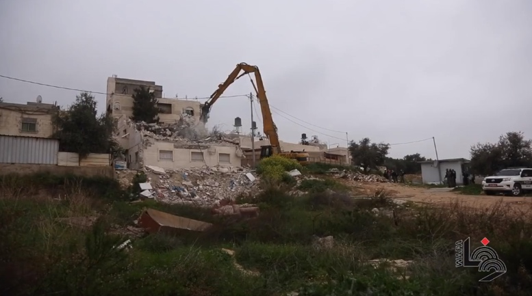 Razing the house of the Abu Riyala family in Issawiya (Palestinian TV Facebook page, March 1, 2021).