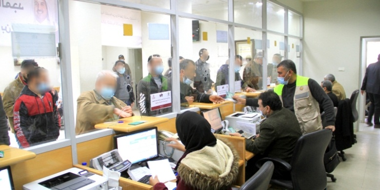 Distributing the funds from Qatar at post office bank branches in the Gaza Strip (Twitter account of Qatar's National Committee for the Reconstruction of Gaza, March 7, 2021).