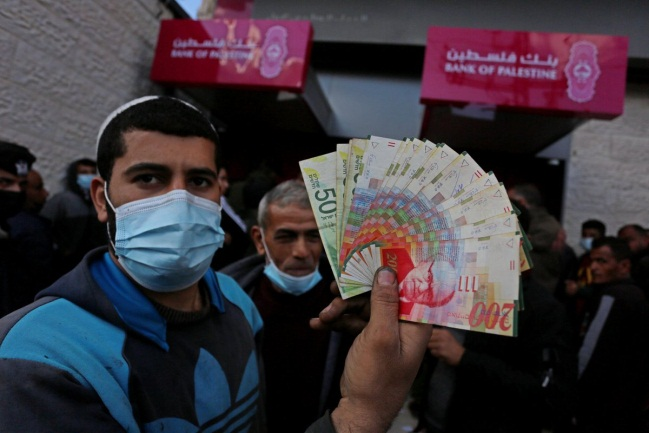 PA employees in the Gaza Strip withdraw their salaries at Bank of Palestine ATMs in the Gaza Strip (Twitter account of photojournalist Ashraf Abu Amra, March 4, 2021).